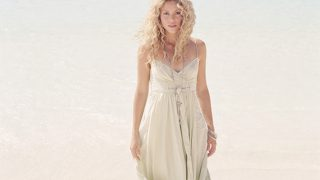 Shakira at Seashore - Photo #1