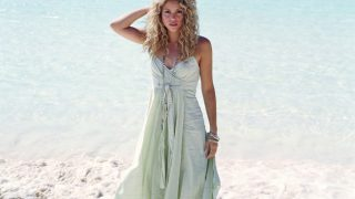 Shakira at Seashore - Photo #2