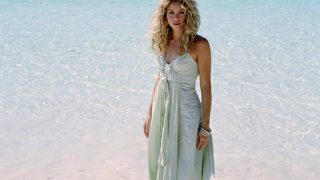 Shakira at Seashore - Photo #9